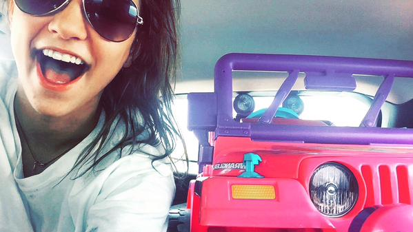 tara monroe con su jeep de barbie