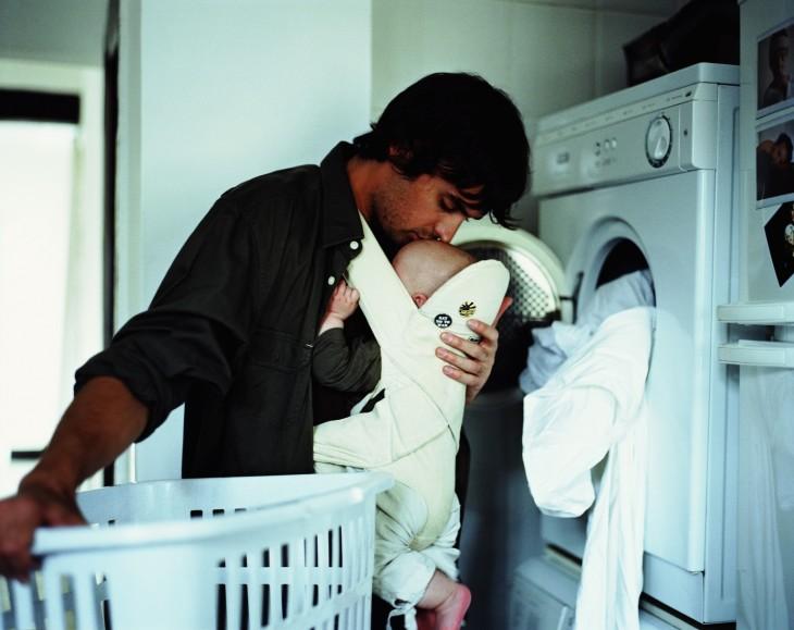 hombre haciendo las tareas del hogar cuidando a bebe