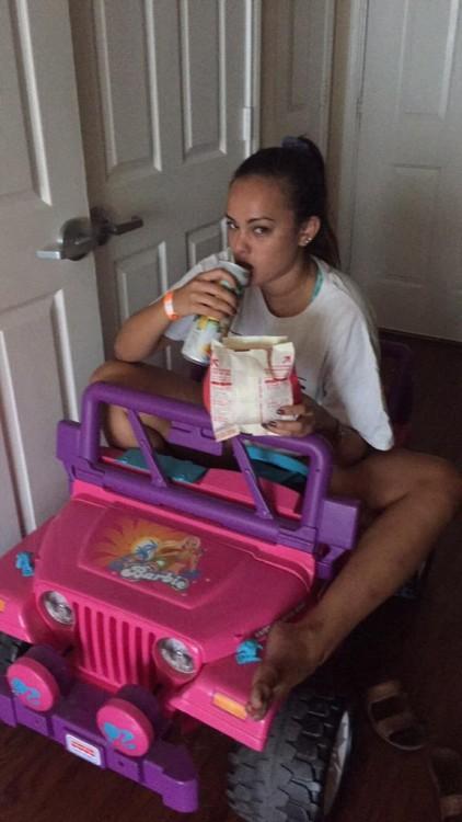tara monroe comiendo en su jeep de barbie
