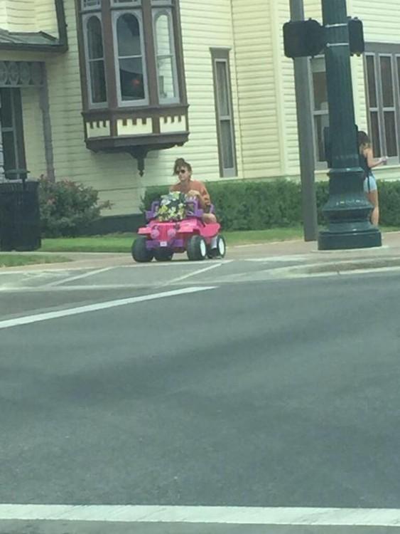 tara monroe cruzando calle