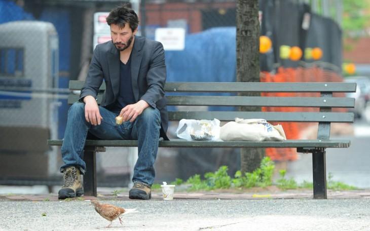 Keanu Reeves comiendo en la calle