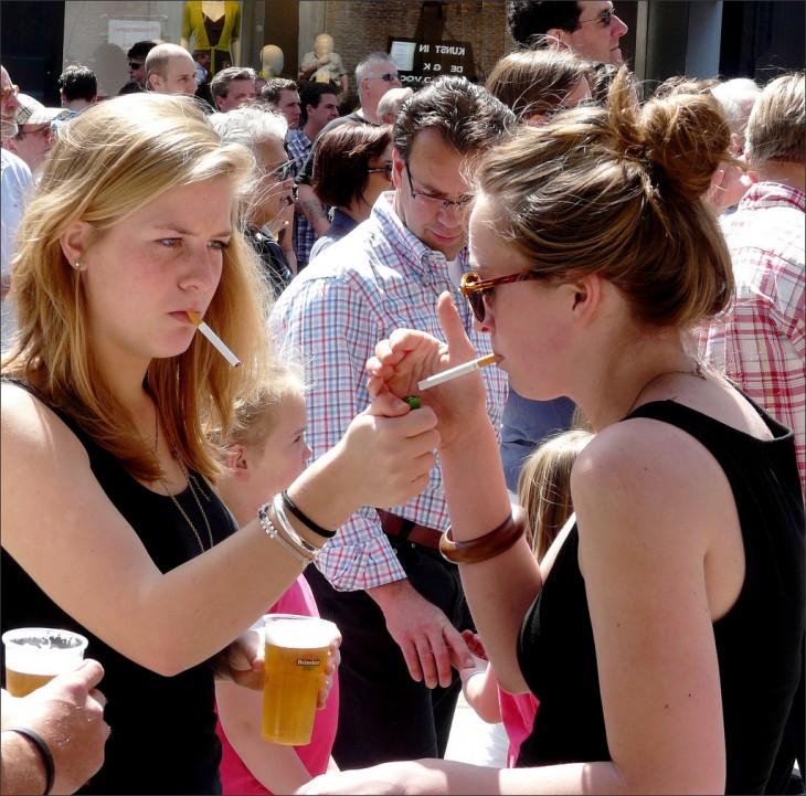 dos chicas fumando y bebiendo