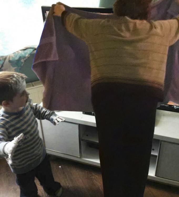 abuelita tapando travesura de Niño que mancha pantalla de televisor