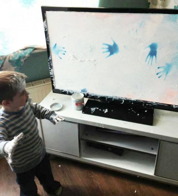 huellas de Niño que mancha televisor