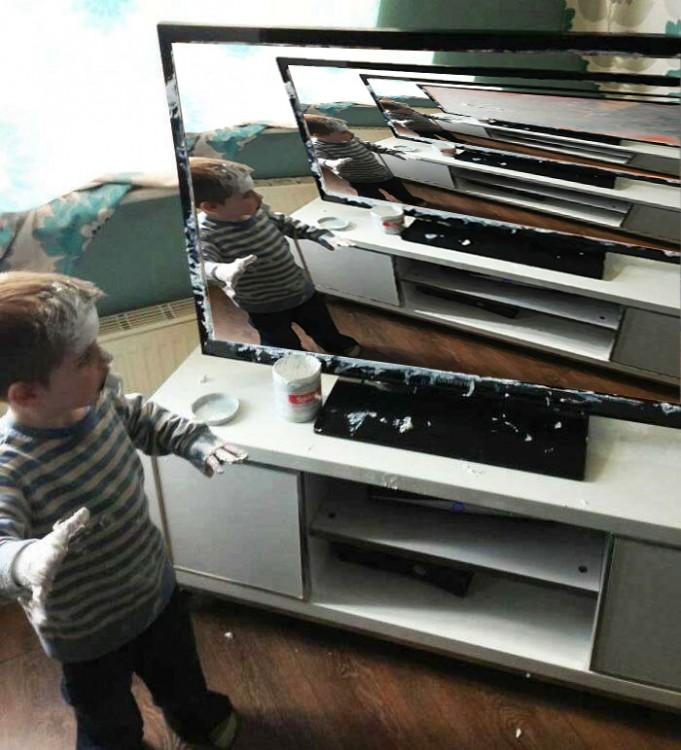 muchos ángulos de Niño que mancha televisor