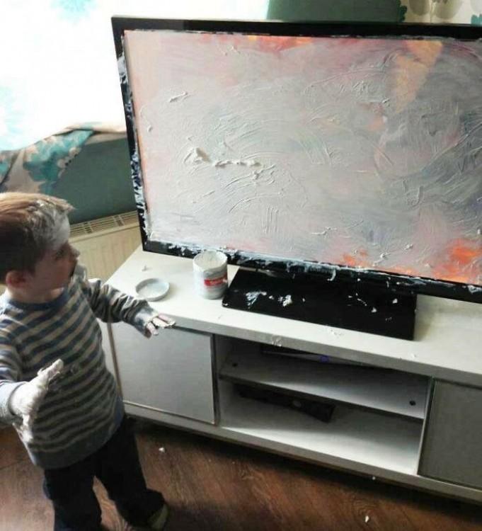 Niño mancha pantalla de televisor original