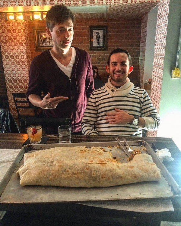 comensales comiendo burrito de don chingon