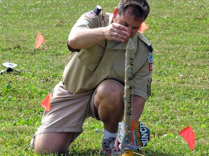 hombre armando un cohete a escala