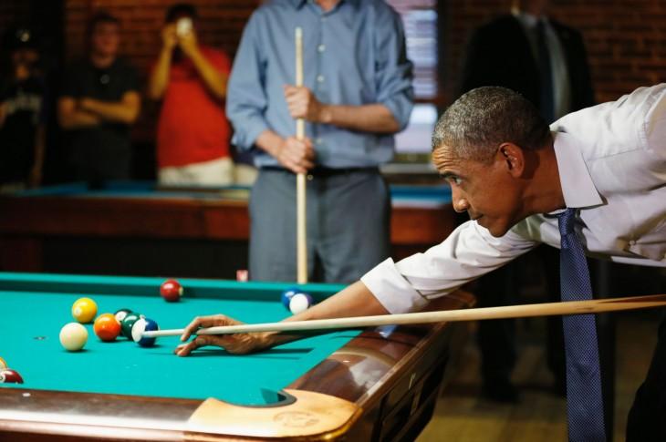 obama jugando billar