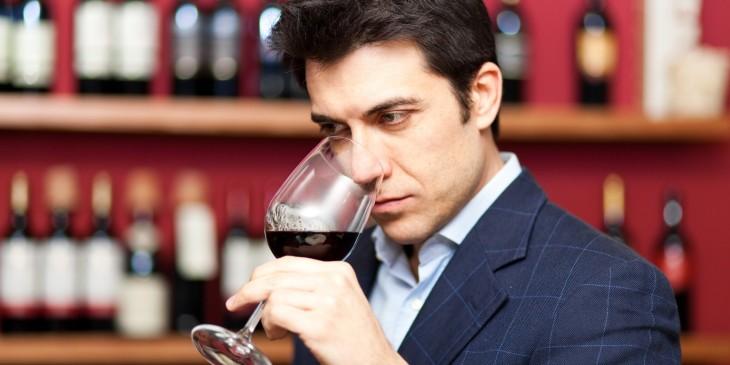 hombre degustando una copa de vino