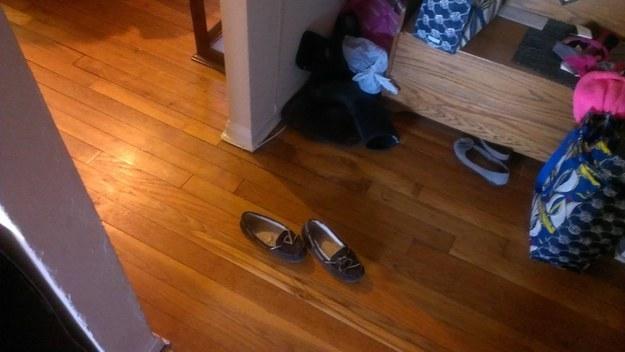 zapatos abandonados en pleno pasillo