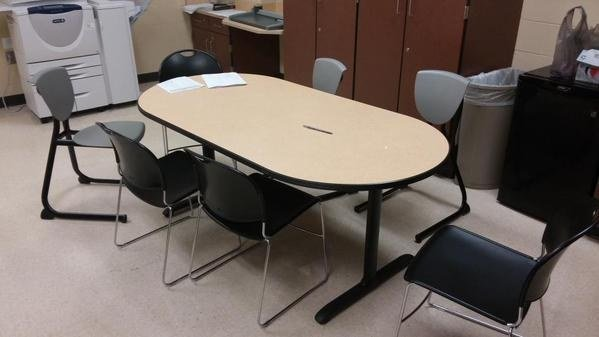 sillas mal acomodadas