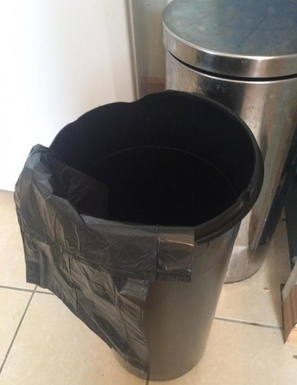 bolsa de bote de basura mal puesto