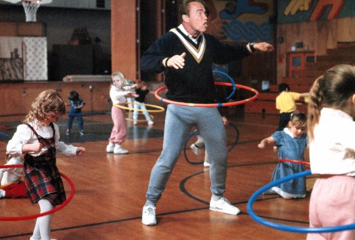 detective en el kinder Photoshop de Schwarzenegger