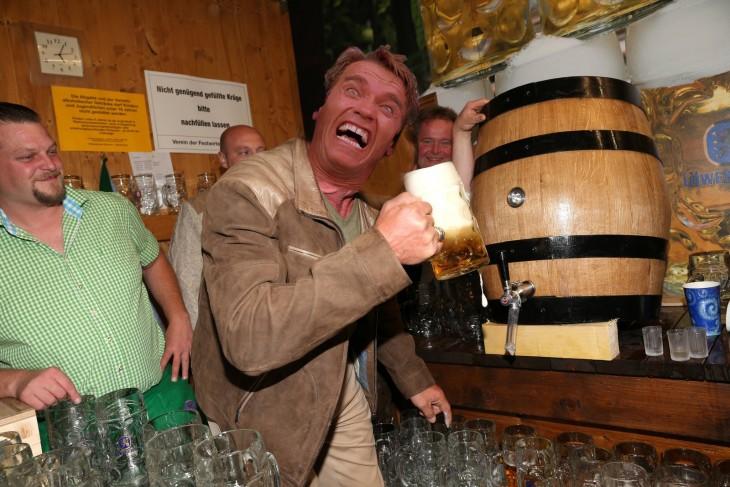 Photoshop de Schwarzenegger en oktoberfest