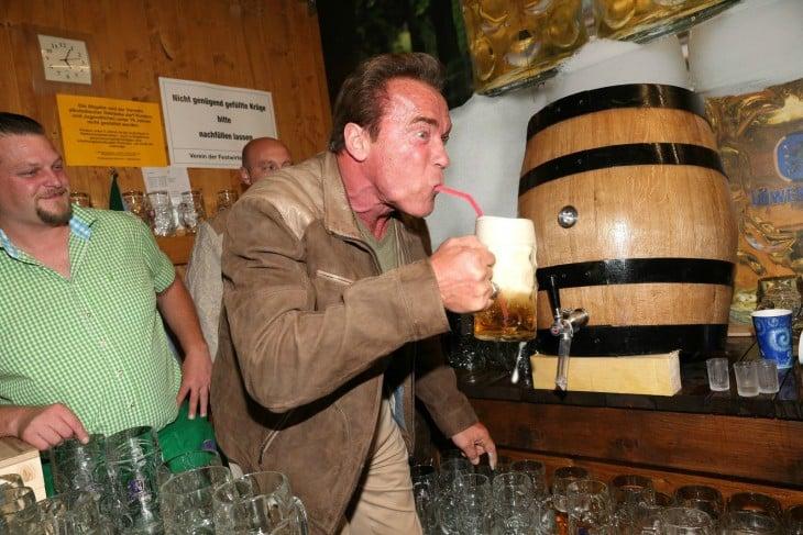 Photoshop de Schwarzenegger con popote