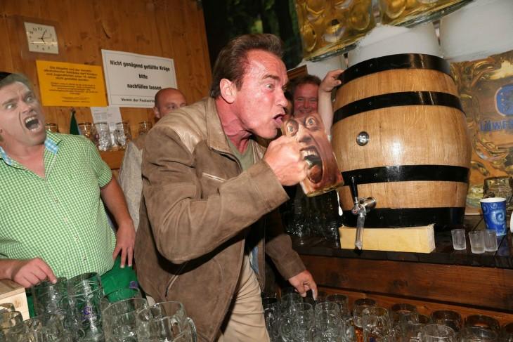 rostro de Schwarzenegger en vaso Photoshop de Schwarzenegger