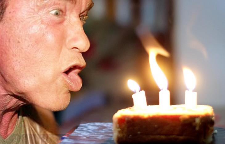 apagando las velas del pastel, Photoshop de Schwarzenegger