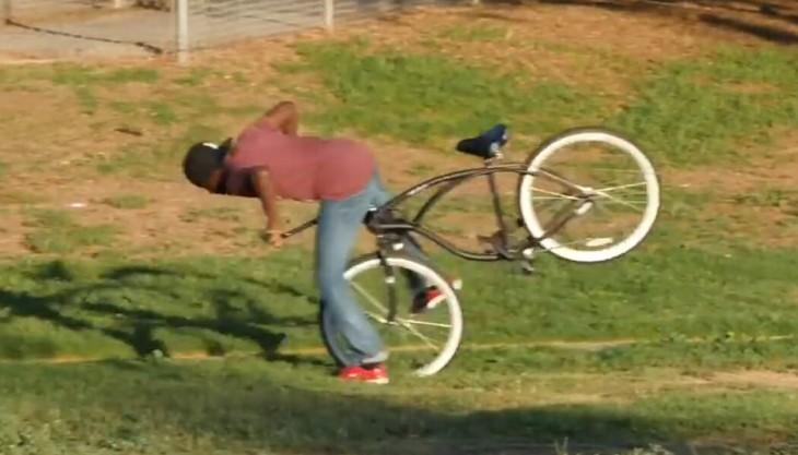 Chico cayéndose al intentar robarse una bicicleta