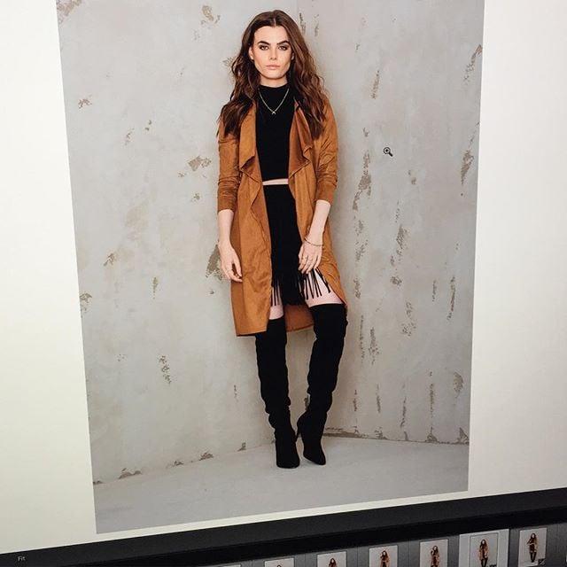 Charli con abrigo café