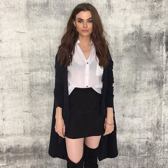 Charli con falda y calcetas