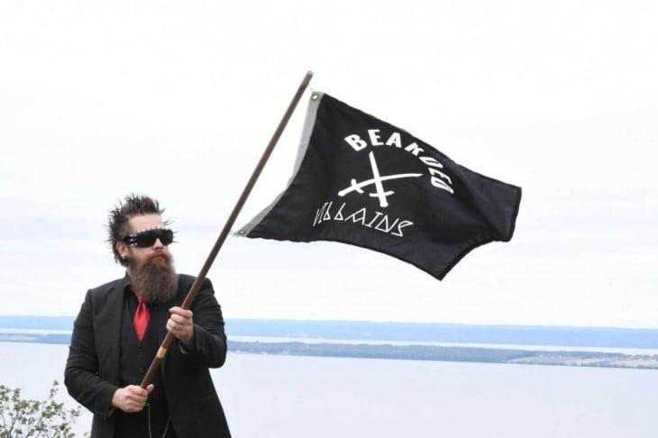 miembro de The Bearded Villains con bandera