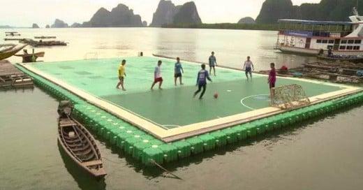 Un pueblo en Colombia tiene una cancha de futbol sobre el agua, patrocinada por Radamel Falcao