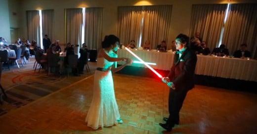 Bailan el vals de su boda con batalla de Sables de Star Wars