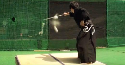 Samurai corta con espada a la mitad una pelota de beisbol como si fuera cualquier cosa!