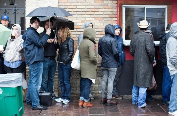 Gente haciendo fila