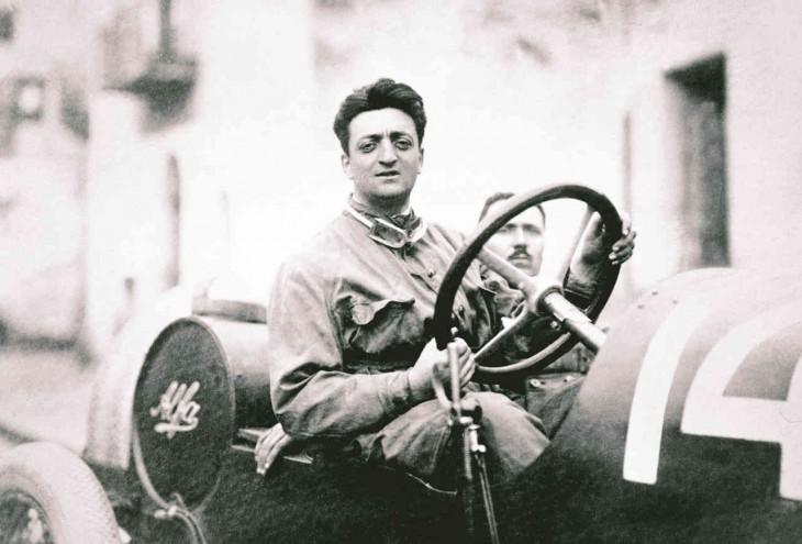 Enzo Ferrari en su coche