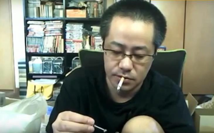 japones probando su invento con un cigarro