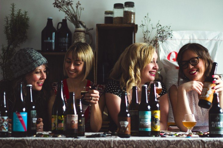 mujeres bebiendo cerveza