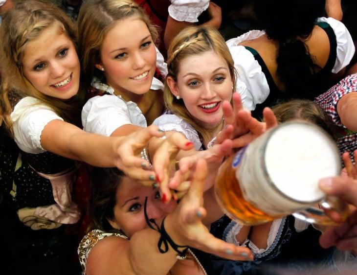 chicas de oktober fest