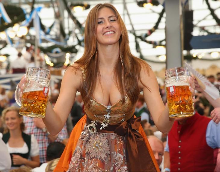 chica de oktober fest repartiendo cerveza