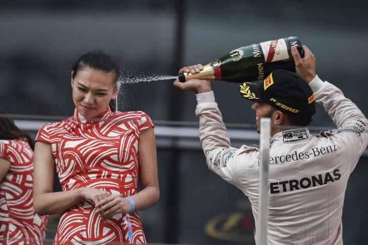 Hamilton baña a azafata con champán