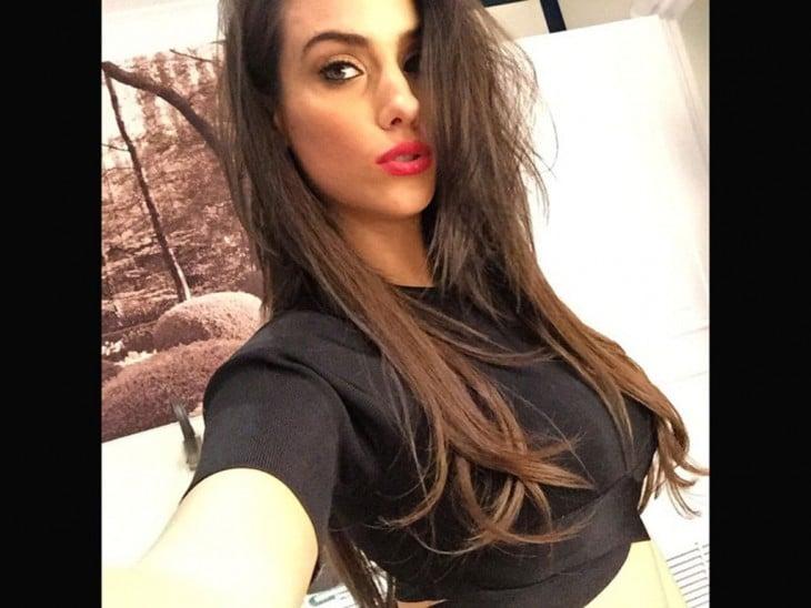 Ludivine Sagna selfie blusa negra