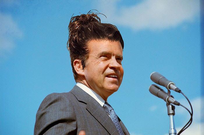 Richard Nixon peinado hipster