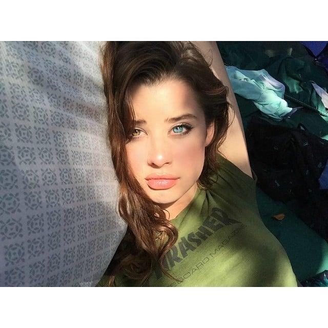 selfie Sarah McDaniel ojo verde y ojo azul