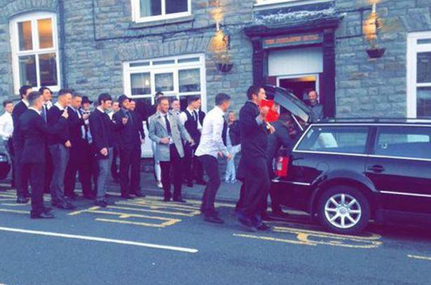 amigos de keiran en el coche fúnebre