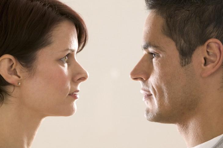 pareja mirándose a los ojos