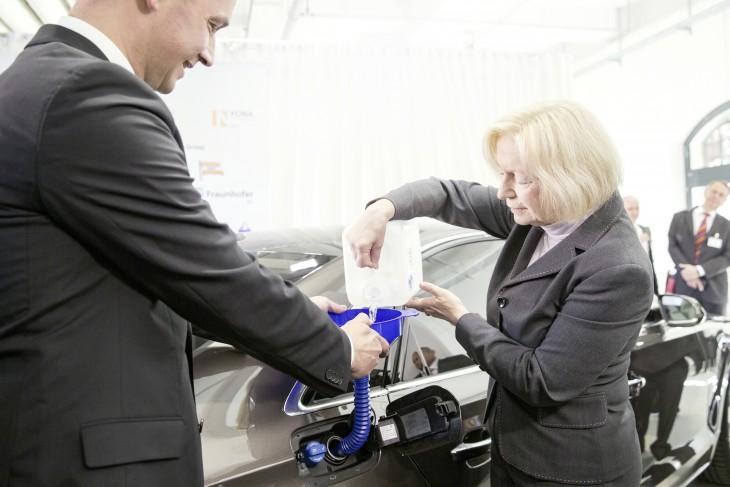Ministra alemana prueba e-Diesel en su coche