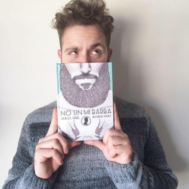 Joven con una barba impresa en libro
