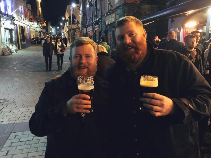 Barbones con cervezas en calle