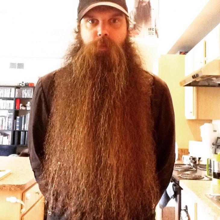 Hombre de barba muy larga
