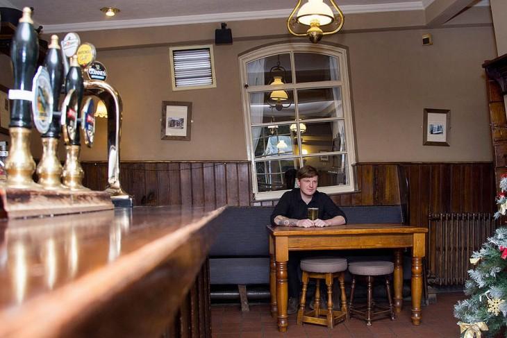 Hombre solo en un bar