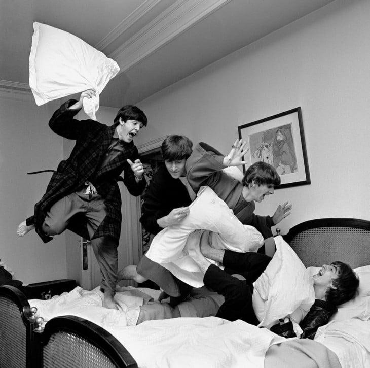 Los Beatles saltando en la cama