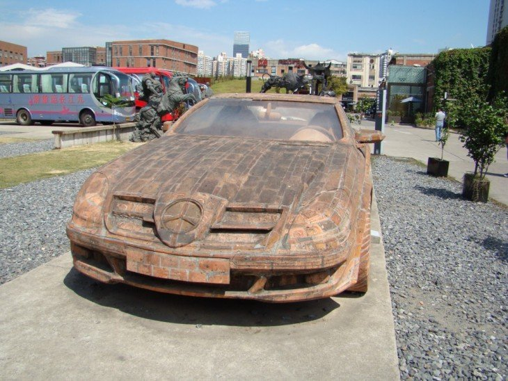 Mercedes Benz hecho con ladrillo