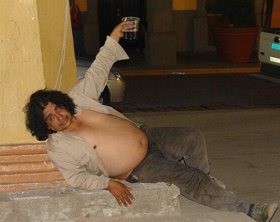 borracho en la banqueta panzon