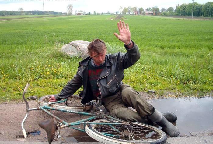 borracho intenta manejar bicicleta y cae en charco